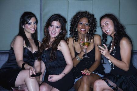 peruvian ethnicity: Mujeres que beben c�cteles en club nocturno