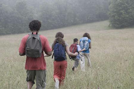 ni�os latinos: Raza mezclada senderismo familiar con mochilas LANG_EVOIMAGES
