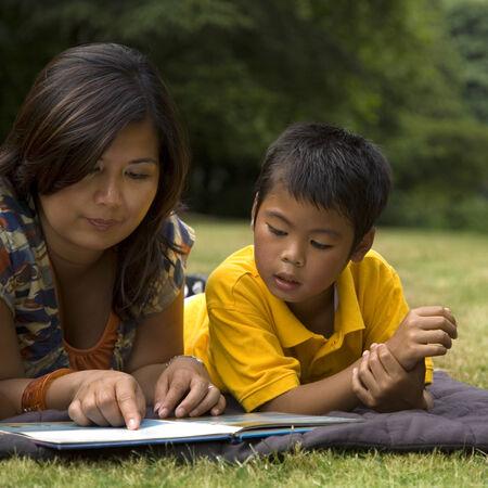 アジアの母の息子に本を読んで