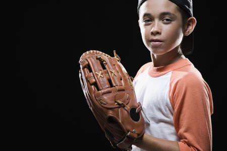 guante de beisbol: Mixta muchacho de la raza con guante de b�isbol