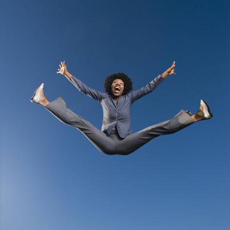Afrikanische Geschäftsfrau-Springen in der Luft Standard-Bild - 35789309