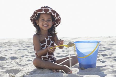 ビーチで遊ぶ若い混血の女の子