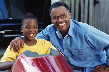 Afrikaanse vader en zoon met go-cart