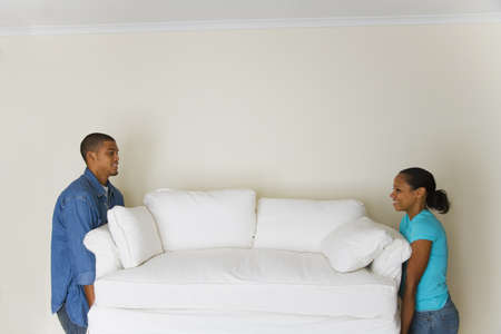 connexion: African couple carrying sofa LANG_EVOIMAGES