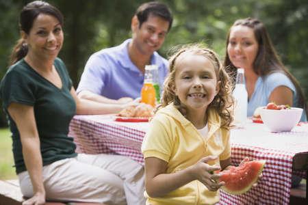 ni�os latinos: Comer Familia hisp�nica en la mesa de picnic