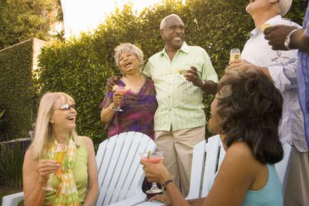 socializando: Grupo de amigos con cócteles en la fiesta