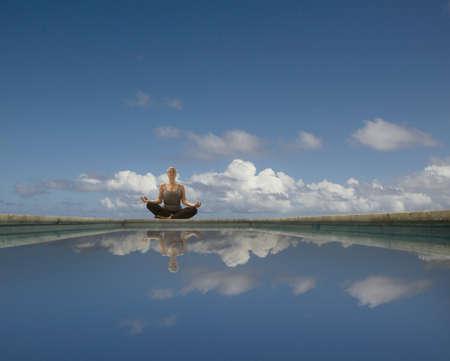 mujer meditando: Mujer hispana meditando LANG_EVOIMAGES
