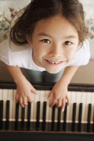 tocando piano: Ni�a de raza mixta piano
