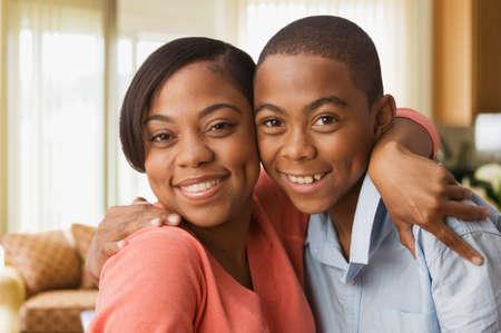 madre: Abraza al hijo Madre africana