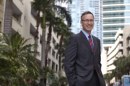 ni�os vistiendose: Hombre de negocios cauc�sico con las manos en los bolsillos
