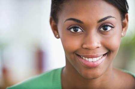 sonriente: Mujer afroamericana sonriente