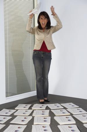 Geschäftsfrau wirft die Hände hoch