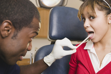 Teenage girl having medical checkup 版權商用圖片 - 108024241