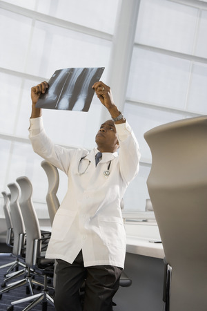 African doctor reviewing x-ray Stockfoto