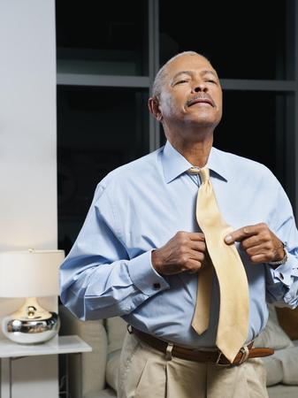 Black man adjusting tie Imagens