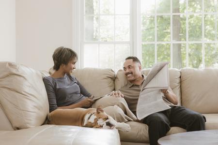Par relajarse en el sofá con bulldog inglés