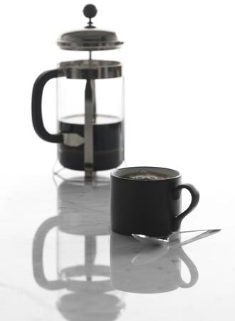 Taza de café y prensa francesa Foto de archivo - 108002743