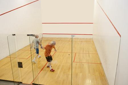 Hommes hispaniques jouant au racquetball Banque d'images