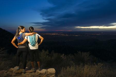 ヒスパニック系女性が夜に遠隔地でバックパッキング