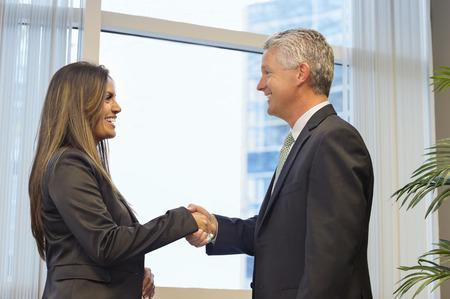 La gente de negocios un apretón de manos en la oficina