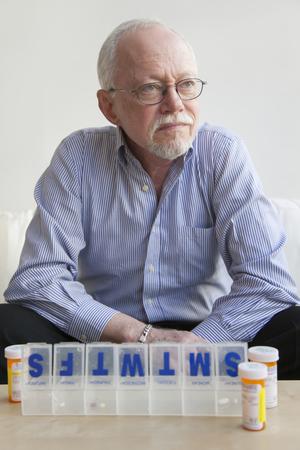 hombre caucásico tomando píldoras