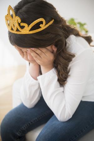 Hispano, niña, en, tiara, llanto