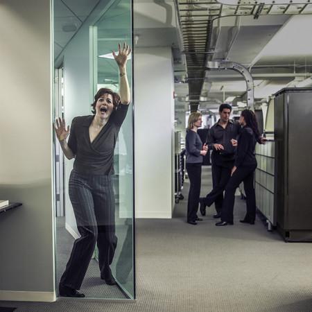 オフィスで叫ぶビジネスウーマン