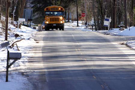 transport scolaire: D'autobus scolaires sur un Snowy Day  Banque d'images