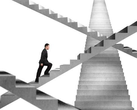 subiendo escaleras: Hombre de negocios que sube en el laberinto de escaleras de hormig�n aislado en blanco