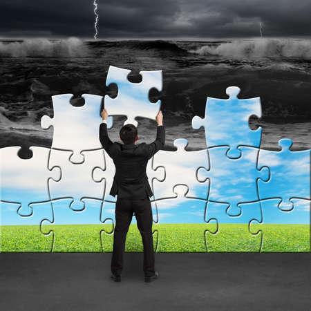 アセンブリの変更状況を美しい風景に津波からパズルを保持している実業家