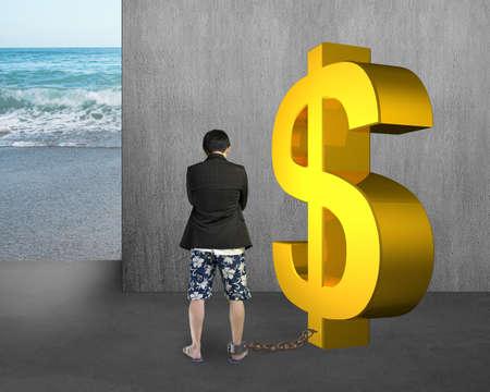 shackled: hombre de negocios que est� encadenado con el d�lar de oro en el muro de hormig�n y el fondo del mar