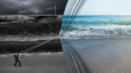 오픈 잔잔한 바다 커튼을 당겨 사업가 어두운 폭풍우 치는 바다 배경 덮여