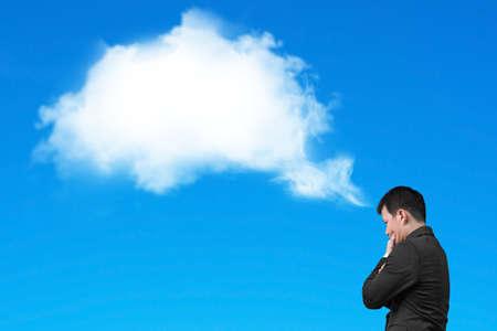 hombre pensando: El hombre de negocios pensando en blanco burbuja nube de pensamiento sobre su cabeza aislada en el fondo azul