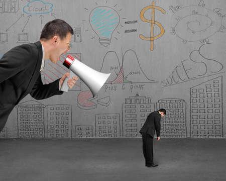jefe enojado: Hombre de negocios usando el meg�fono gritando a su empleado con fondo garabatos pared Foto de archivo