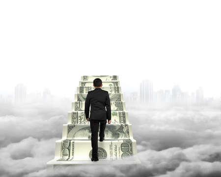 dollaro: Uomo d'affari salire il denaro scale di grigio paesaggio urbano sfondo Cloudscape Archivio Fotografico