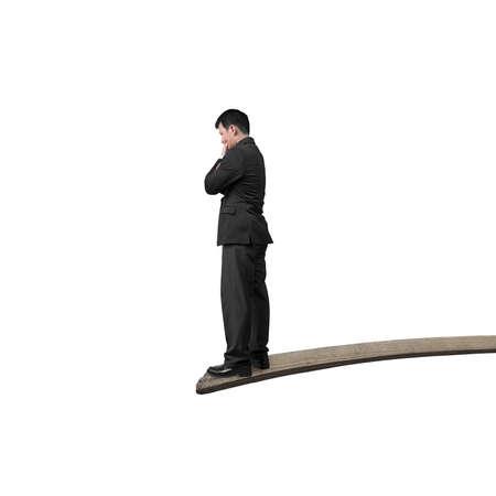 springplank: Denken zakenman staande op springplank met een witte achtergrond