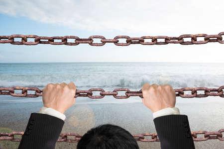 sky  sea: Uomo d'affari salire su catene di ferro vecchio di uscire con naturale cielo sfondo del mare