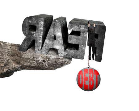 shackled: El hombre encadenado por pesada bola de deuda rojo que cuelga en grande 3D temen moteada palabra concreta en el borde del acantilado con fondo blanco