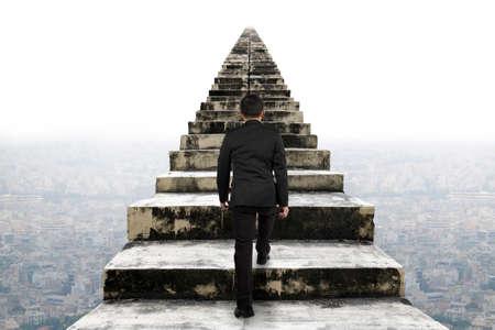 Empresario subiendo por las viejas escaleras de hormigón con el fondo escena urbana Foto de archivo - 39624208
