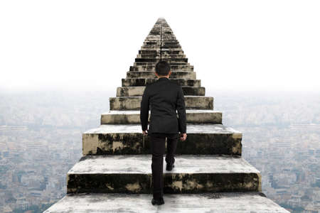 escalera: Empresario subiendo por las viejas escaleras de hormigón con el fondo escena urbana