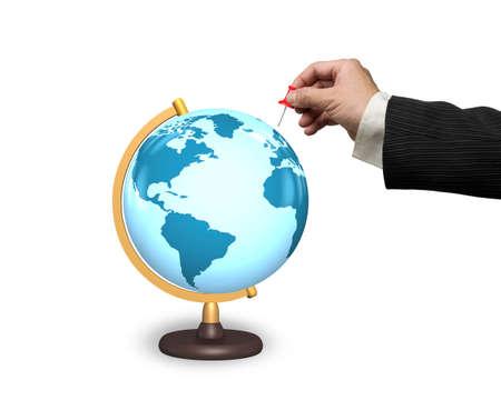 globe terrestre dessin: Homme main tenant punaise rouge avec globe terrestre isolé sur fond blanc Banque d'images