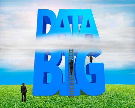 herbe ciel: Big mot bleu 3D de donn�es et de l'�chelle de bois avec un petit groupe de gens d'affaires, sur les nuages ??ciel fond d'herbe Banque d'images