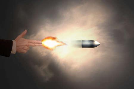 pistola: Mano masculina del gesto de la pistola con disparos luz del fuego la bala Foto de archivo
