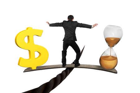 tempo: Homem que está na placa de madeira entre a ampulheta e sinal de dólar dourado, equilibrando no fio, isolado no branco. Tempo é dinheiro conceito.