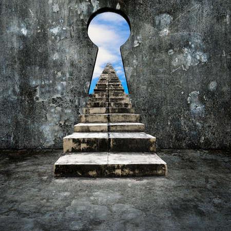 더러운 계단, 하늘 구름보기 콘크리트 벽에 열쇠 구멍.
