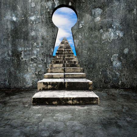 puerta: Ojo de la cerradura en el muro de hormig�n con escaleras sucias y vistas las nubes del cielo.