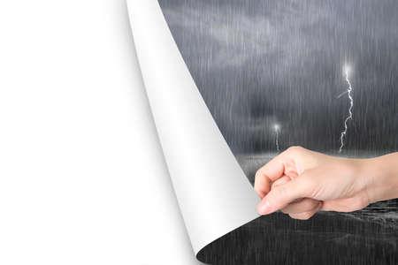 cielo y mar: P�gina en blanco abierta Mano de la mujer para reemplazar oc�ano tormentoso oscuro