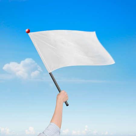 sky clouds: Mano de la mujer que sostiene la bandera blanca en blanco, en la naturaleza las nubes del cielo de fondo. Foto de archivo