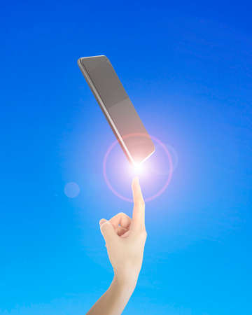 dedo indice: El dedo índice humano apuntando al teléfono inteligente, sobre fondo azul.
