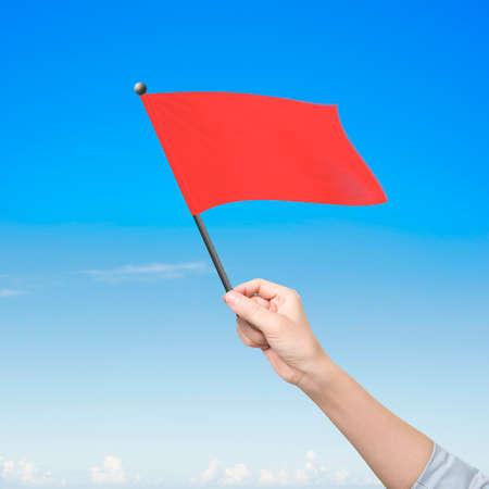 sky clouds: La mano del hombre que sostiene la bandera roja en blanco, en la naturaleza las nubes del cielo de fondo.